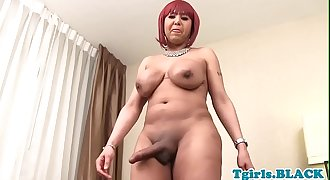 Nubian tilf masturbating in closeup action